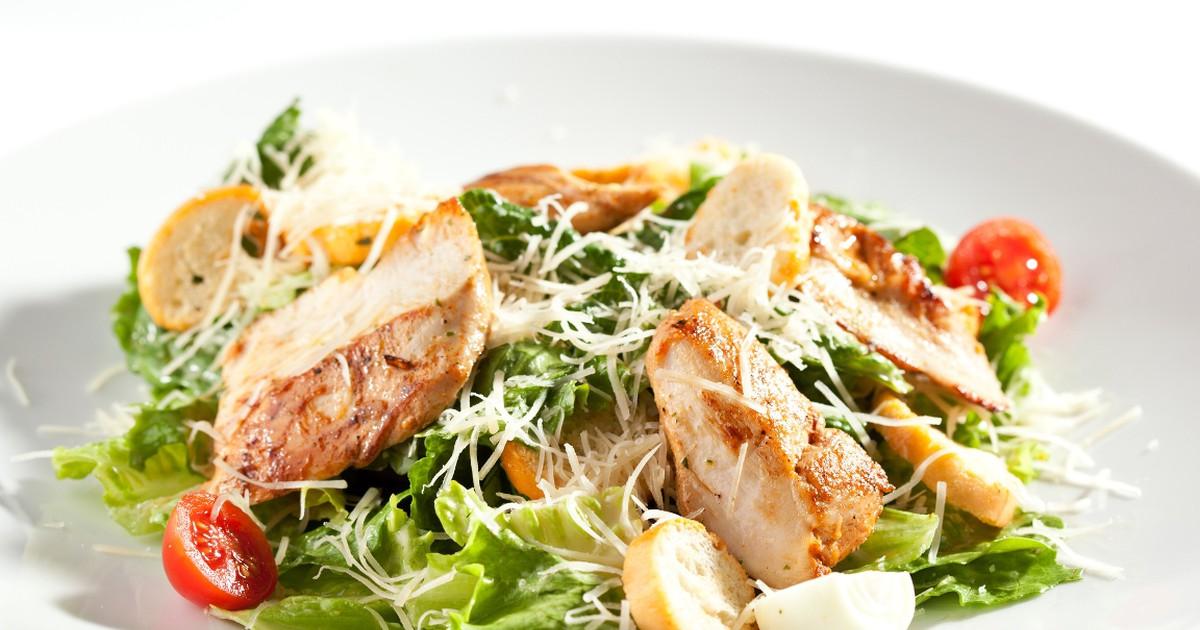 """Фото Аппетитный салат """"Цезарь"""" с курицей"""
