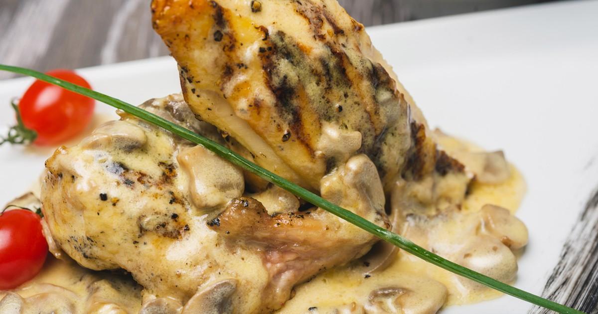 Фото Куриные грудки в сметане с грибами и чесноком