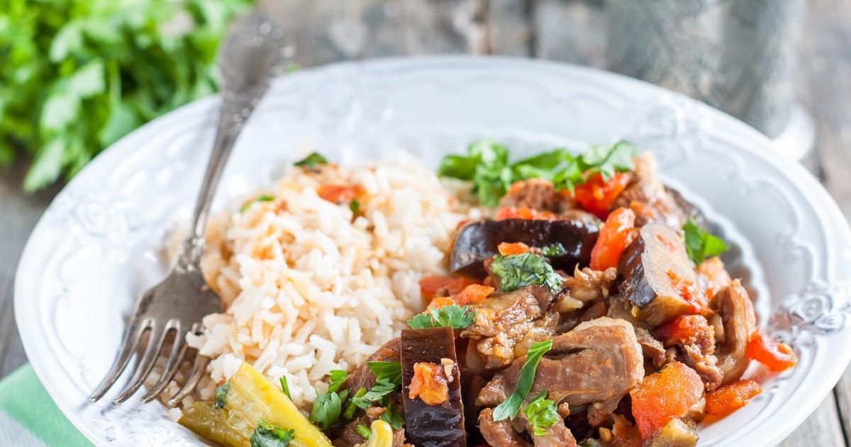 Фото Мясо, томленое с овощами, пропитанное вкусами и ароматами грузинский специй.