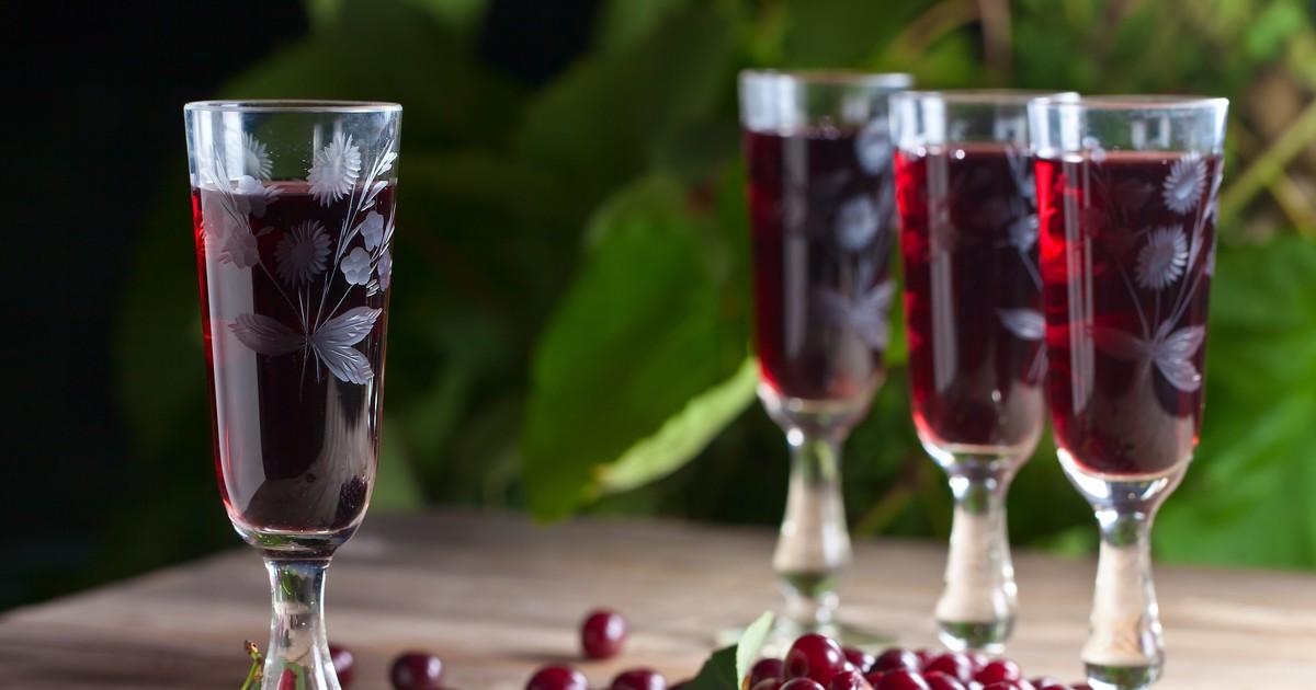 Фото Сладкий тягучий напиток рубинового цвета с нежным фруктовым вкусом.