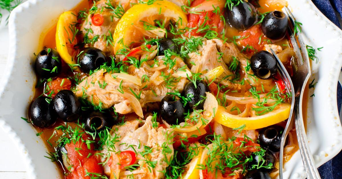 Фото Курица, тушеная с помидорами и маслинами по-средиземноморски