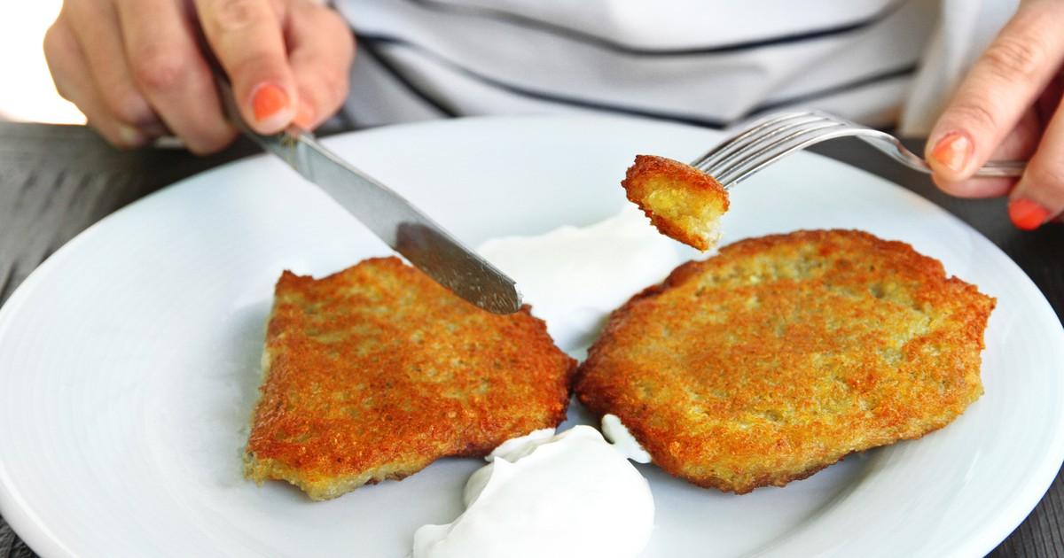 Фото Драники из молодого картофеля со сметаной