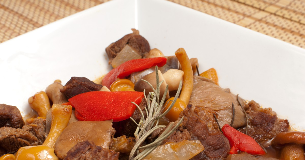 Фото Гуляш с говядиной и грибами