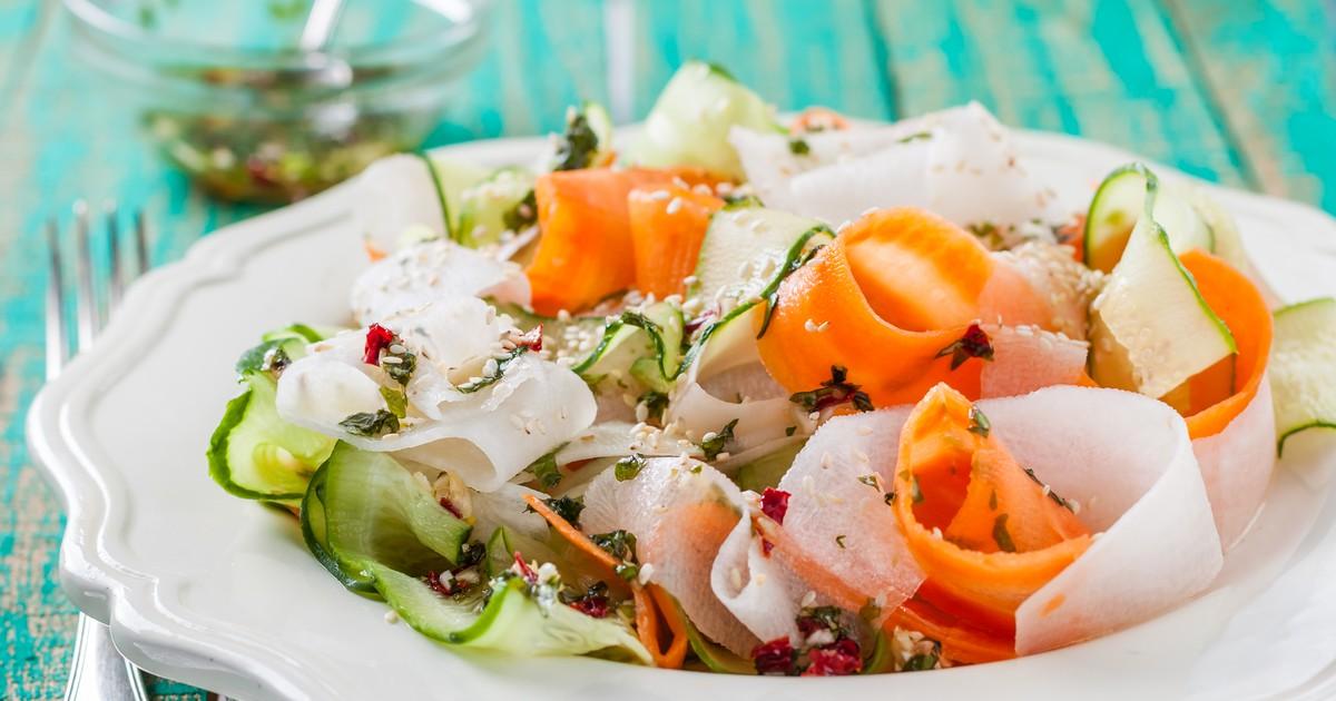 Фото Фитнес-салат с морковью, дайконом и огурцом