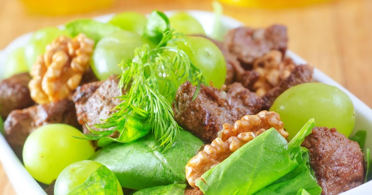 Фото Салат из куриной печени с виноградом