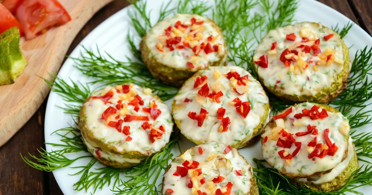 Фото Жареные кабачки с чесночным соусом и красным перцем