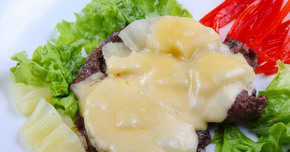 Фото Свиная отбивная, запеченная с ананасом и сыром