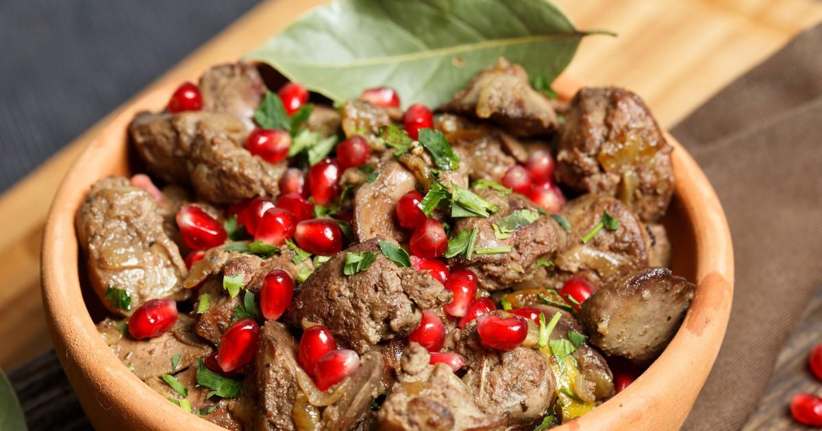 Фото Прекрасное блюдо кавказской кухни из куриных потрошков.