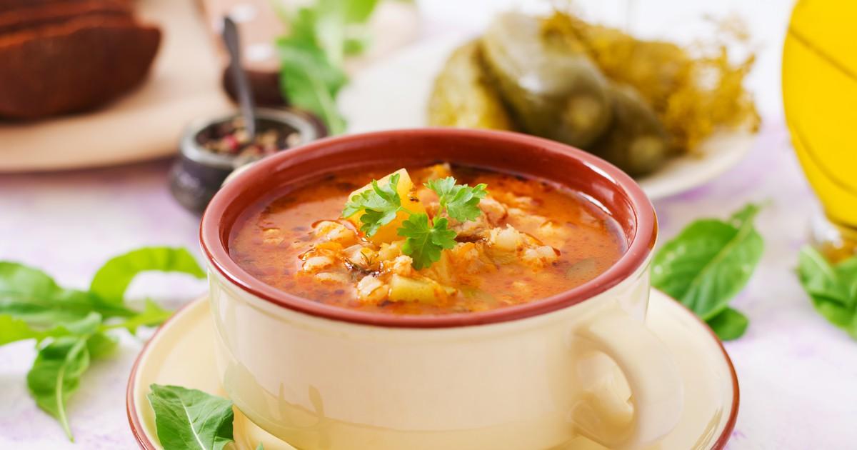 Фото Сытный и ароматный суп с перловой крупой на мясном бульоне.