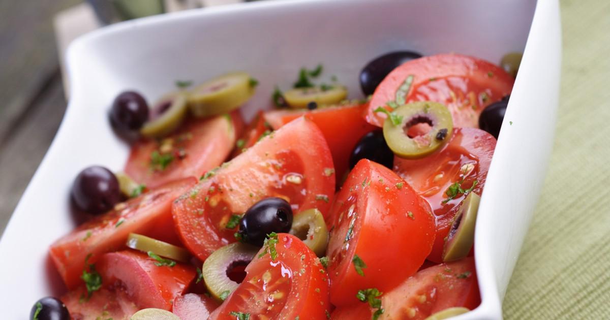 Фото Красивый и лёгкий салат средиземноморской кухни с великолепным вкусом.