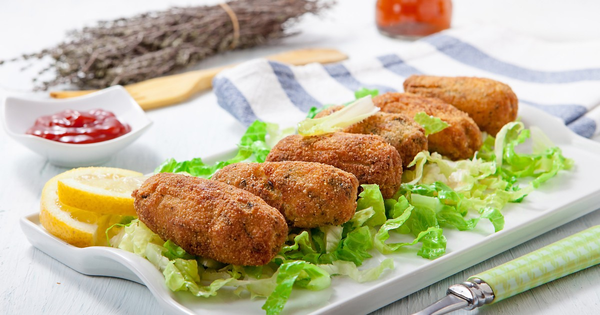 Фото Крокеты - это это очень вкусная закуска, которую просто обожают испанцы. Они получаются невероятно сочными, очень нежными внутри и с хрустящей корочкой снаружи. А сочетание крокетов, курицы, грибов и сыра покорит любого гурмана.