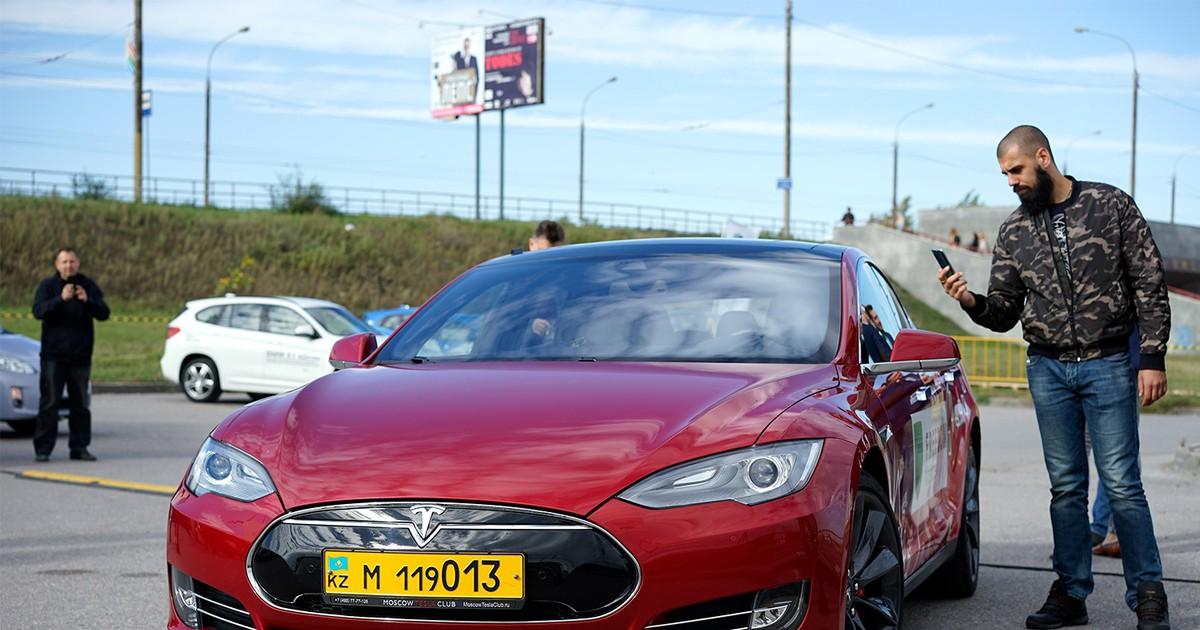 Фото На левом берегу перекрыли дорогу, чтобы покатать омичей на электромобиле за восемь миллионов