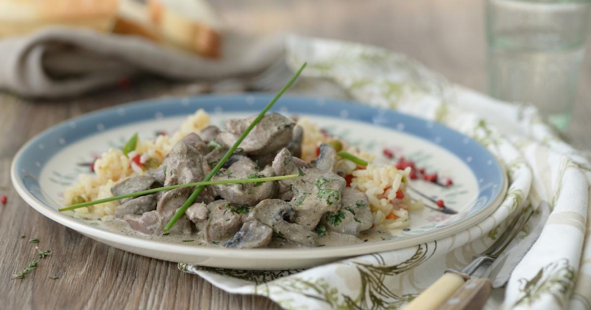 Фото Нежнейшая куриная печень с грибами в сливочном соусе