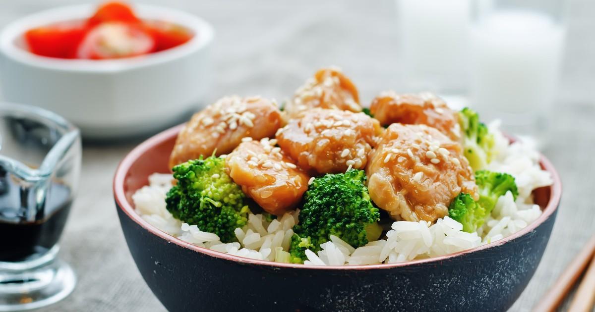 Фото Аппетитная курица в азиатском стиле с кунжутом