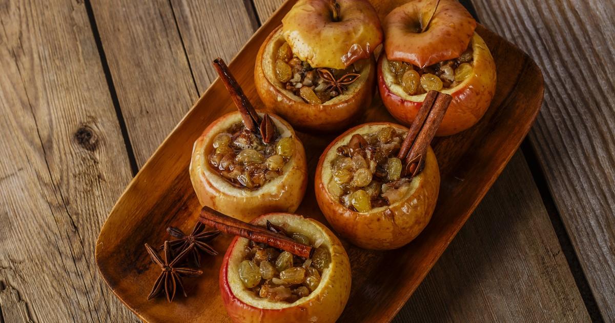 Фото Запеченные яблоки с изюмом, медом и корицей