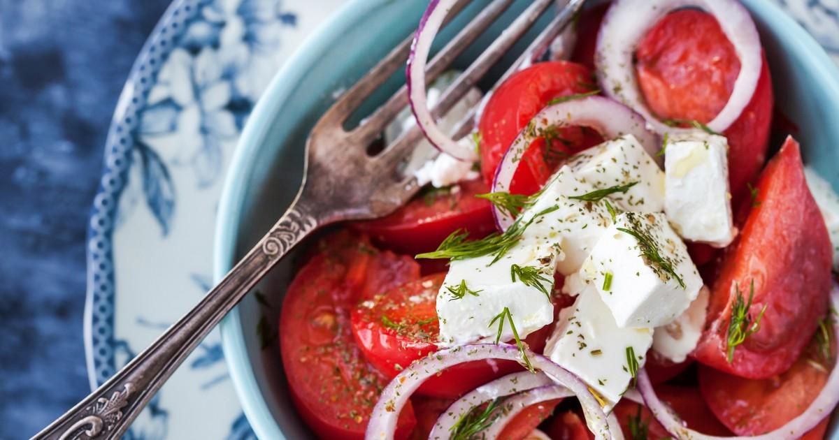 Фото Салат из помидоров с фетой и пикантной заправкой