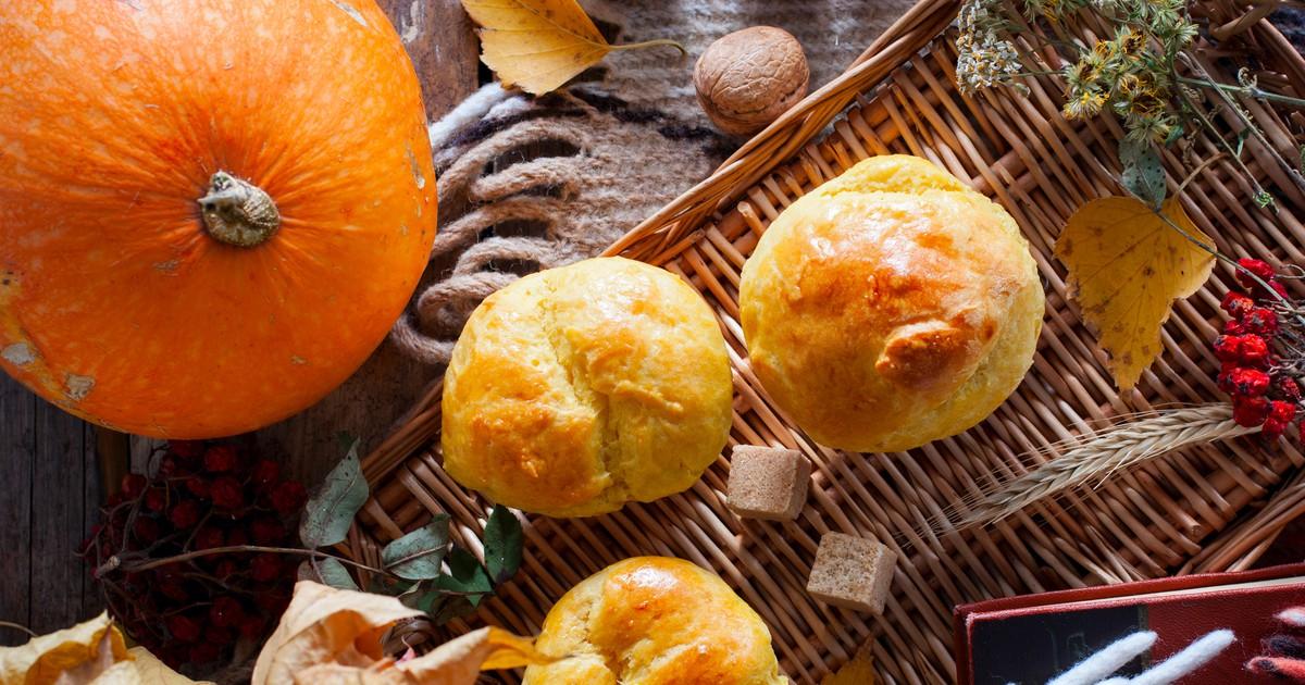 Фото Ароматные булочки из тыквы можно готовить круглый год. Они всегда будут очень вкусными и полезными. Особенно сейчас, когда начался тыквенный сезон, нужно обязательно побаловать свою семью этой ароматной выпечкой. Хороший вариант для перекуса или