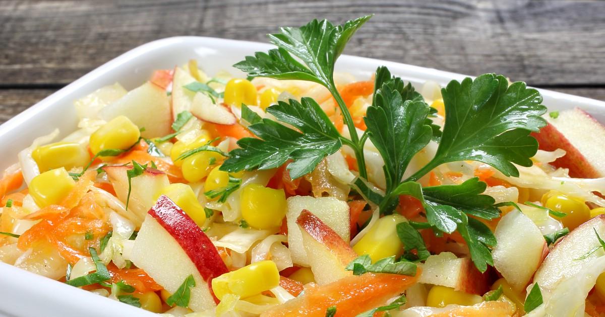 Фото Салат с капустой, морковью, яблоком и кукурузой - витаминная подзарядка!