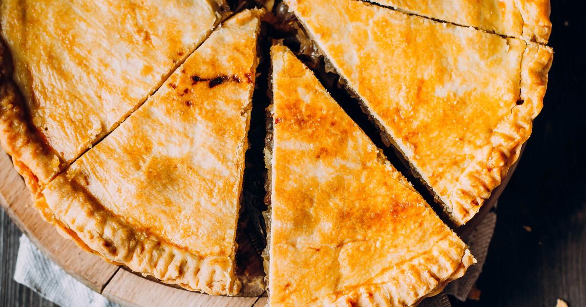 Фото Что может быть вкуснее сочного мясного пирога на ужин? Предлагаем вам испечь вкуснейший пирог по нашему рецепту. Он настолько прост, что с приготовлением справится даже неопытный кулинар. Пирог получится нежным, сочным и сытным. Приготовив его, вы и
