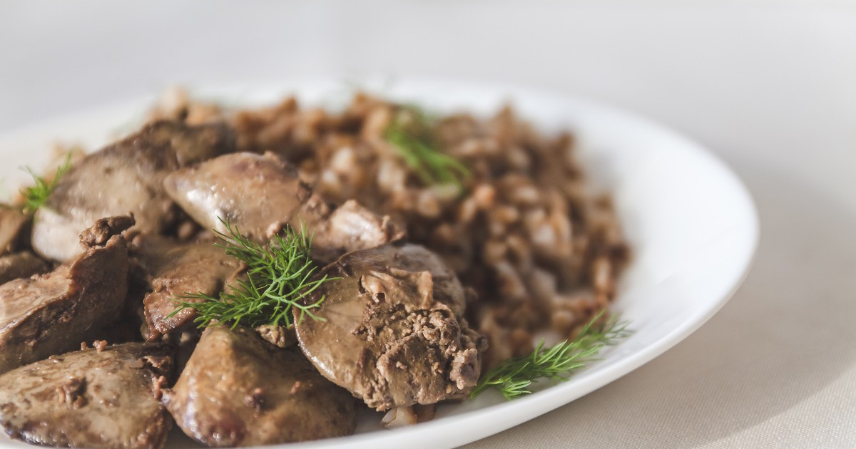 Фото Тушеная куриная печень с гречневой кашей
