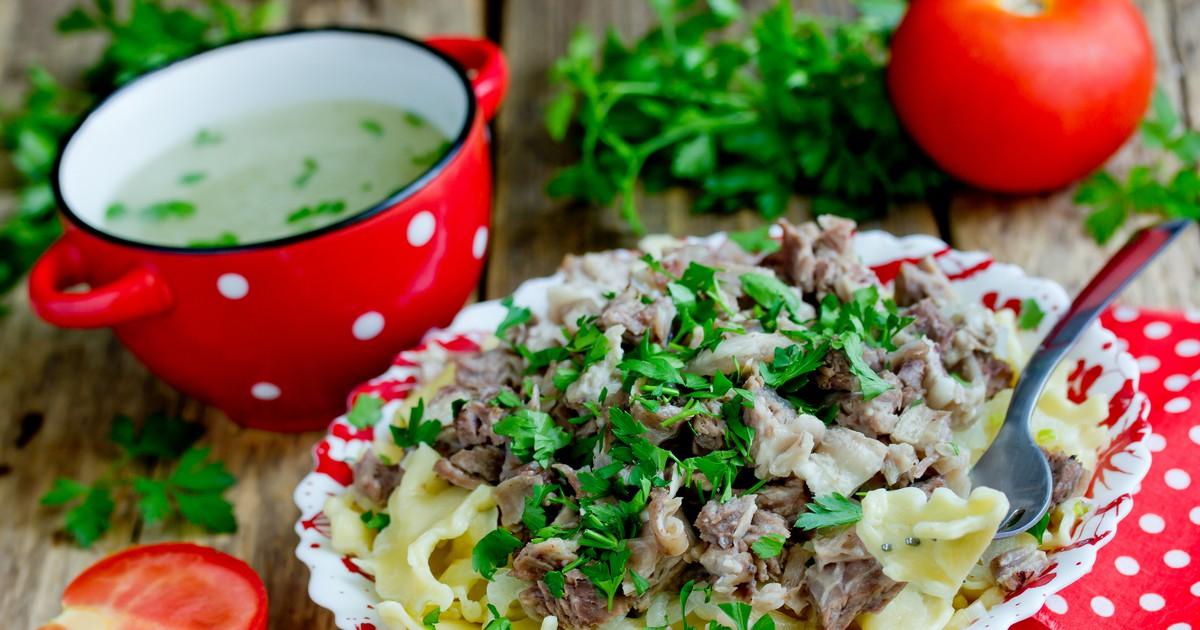 """Фото Традиционное казахское блюдо бешбармак в переводе с тюркских языков означает """"пять пальцев"""", так как многие народы едят его руками, объясняя это тем, что только кушая руками, можно почувствовать настоящий вкус этого блюда. Готовится бешбармак из на"""