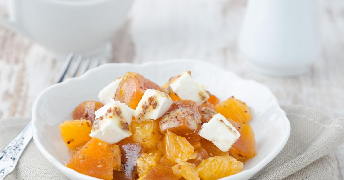 Фото Салат с хурмой, мандаринами и козьим сыром