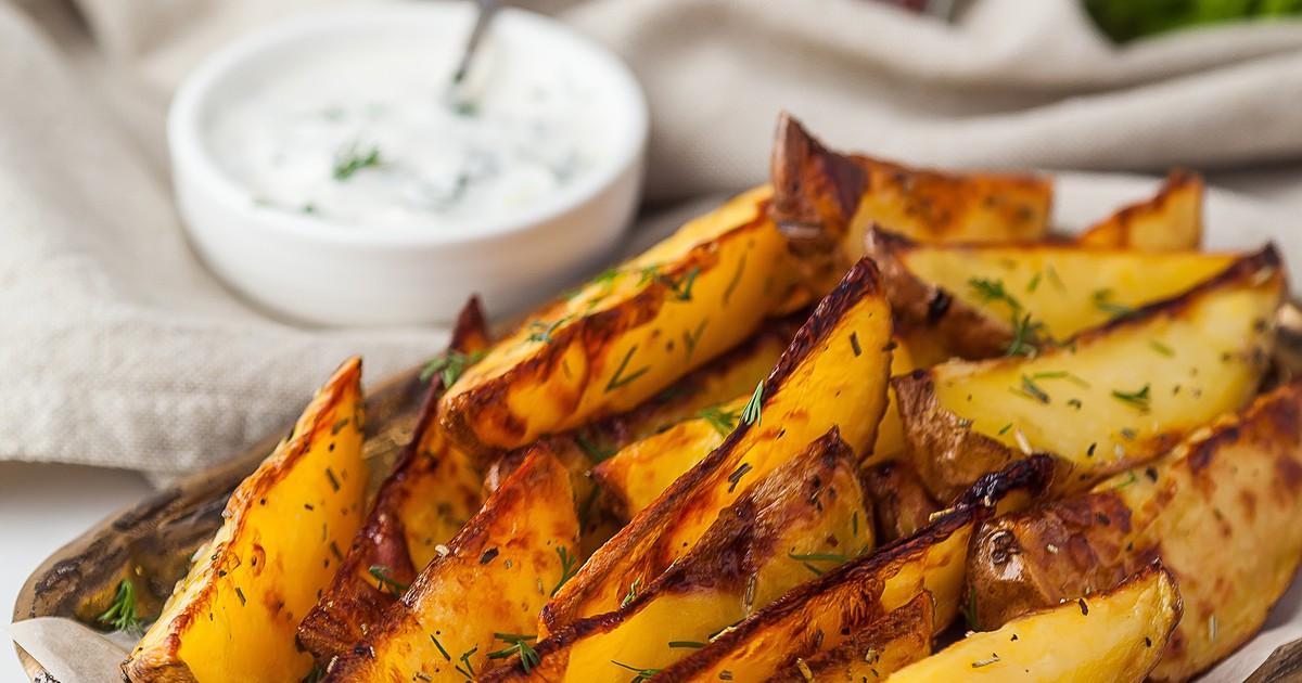 Фото Чтобы отведать порцию вкуснейшей картошки, вовсе не обязательно отправляться в ближайшую закусочную. Мы расскажем, как приготовить аппетитную картошечку «Айдахо» по популярному американскому рецепту. Такой картофель отлично подходит как закуска под