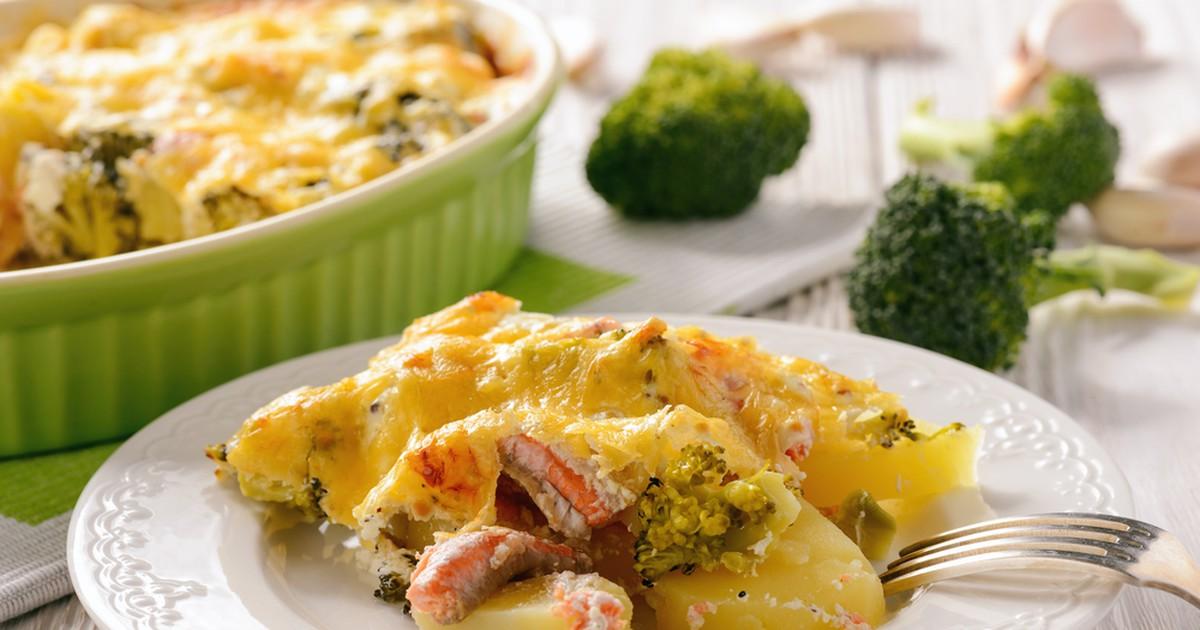 Фото Запеканка с брокколи, картофелем и лососем