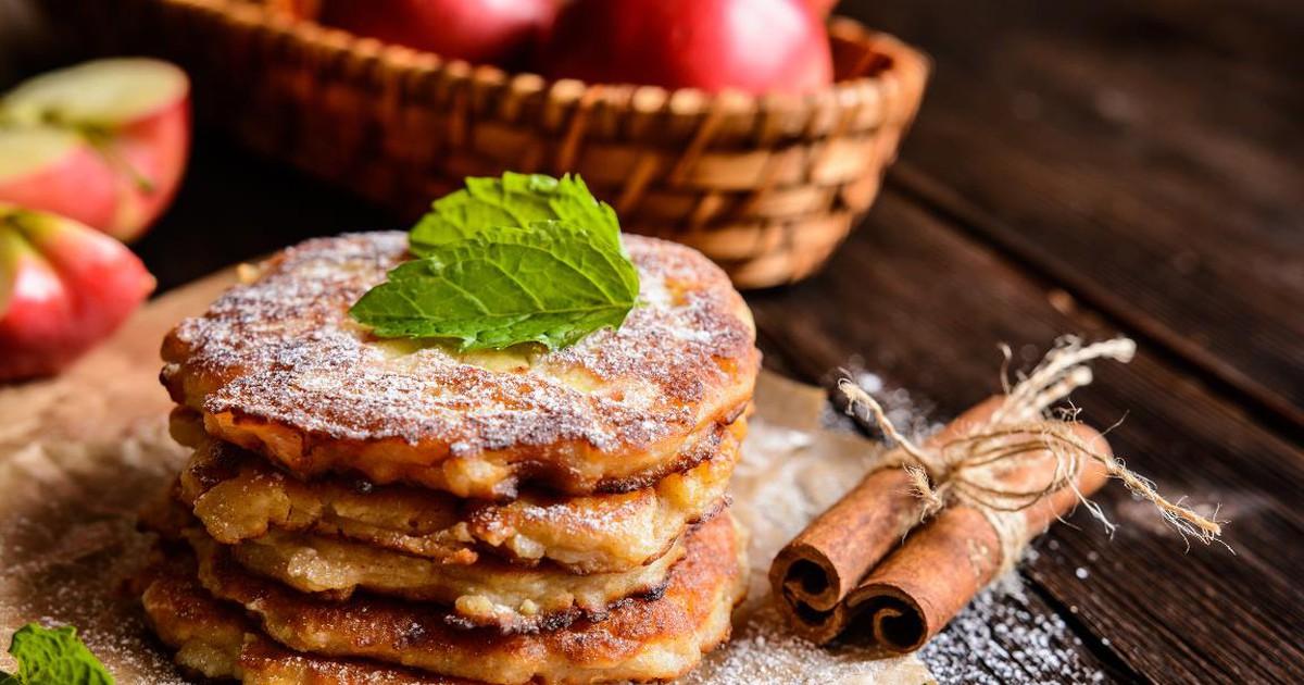 Фото Ароматные яблочные оладьи с корицей