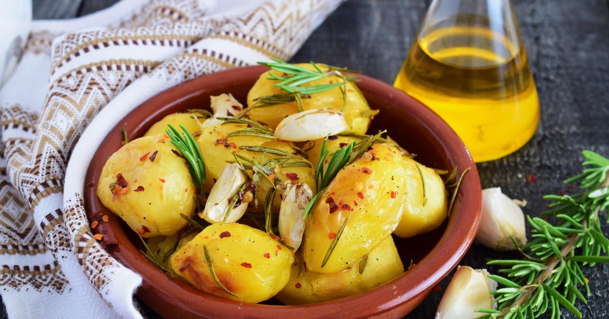 Фото Запечённый картофель с розмарином и чесноком