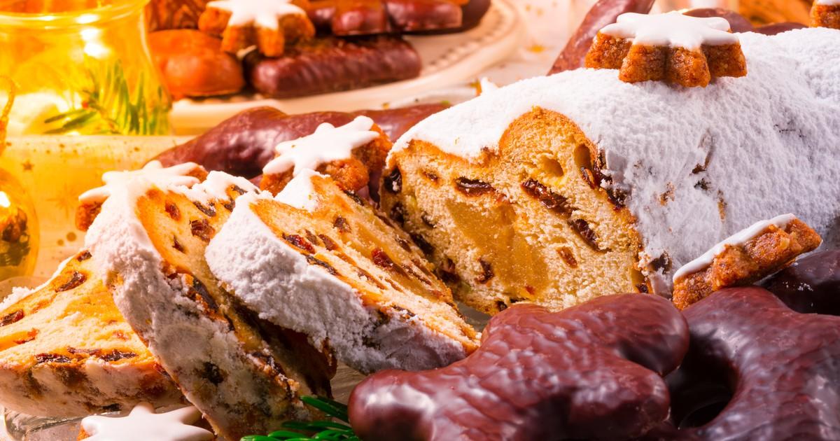 Фото Штоллен – это традиционная немецкая выпечка, без которого жители Германии и Австрии не представляют себе Рождество. Посыпанный сахарной пудрой плотный кекс символизирует завёрнутого в пелёнки младенца Иисуса. Штоллен выпекается заранее, за 3-4 до за