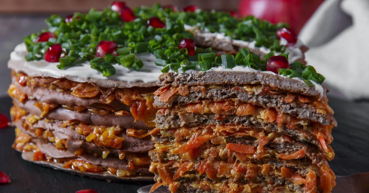 Фото Печеночный торт с морковью и луком