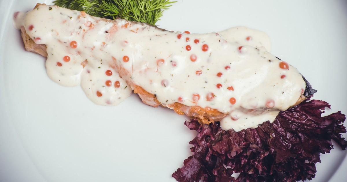 Фото Нежнейшая красная рыба в сливочно-икорном соусе