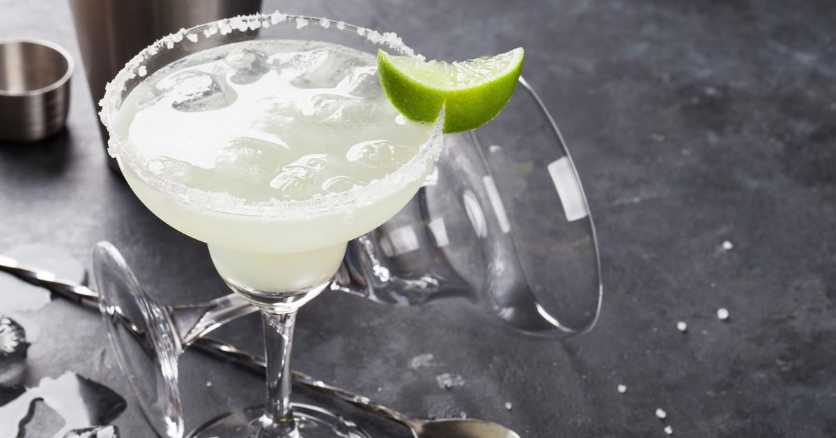 Фото Знаменитый на весь мир латиноамериканский коктейль назван в честь загадочной и красивой женщины по имени Маргарита. Возможно поэтому, напиток очень нравится представительницами прекрасного пола. Удачное сочетание кислого сока лайма, сладкого ликера