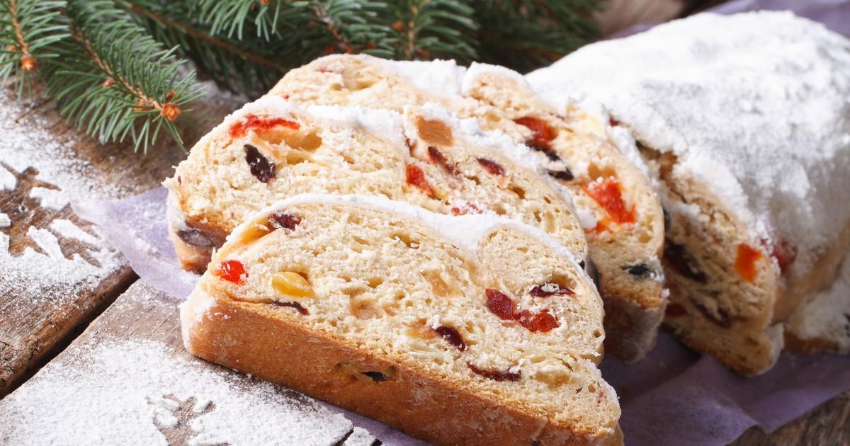 Фото Штоллен - традиционная немецкая рождественская выпечка. Чтобы он получился вкусным, нужно соблюдать определенные пропорции, которые написаны в нашем рецепте. Готовится нежное тесто, а в качестве начинки будут цукаты, миндаль и изюм. Штоллен нужно к