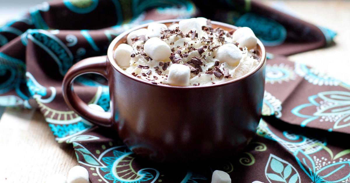 Фото Густой горячий шоколад с зефиром и взбитыми сливками