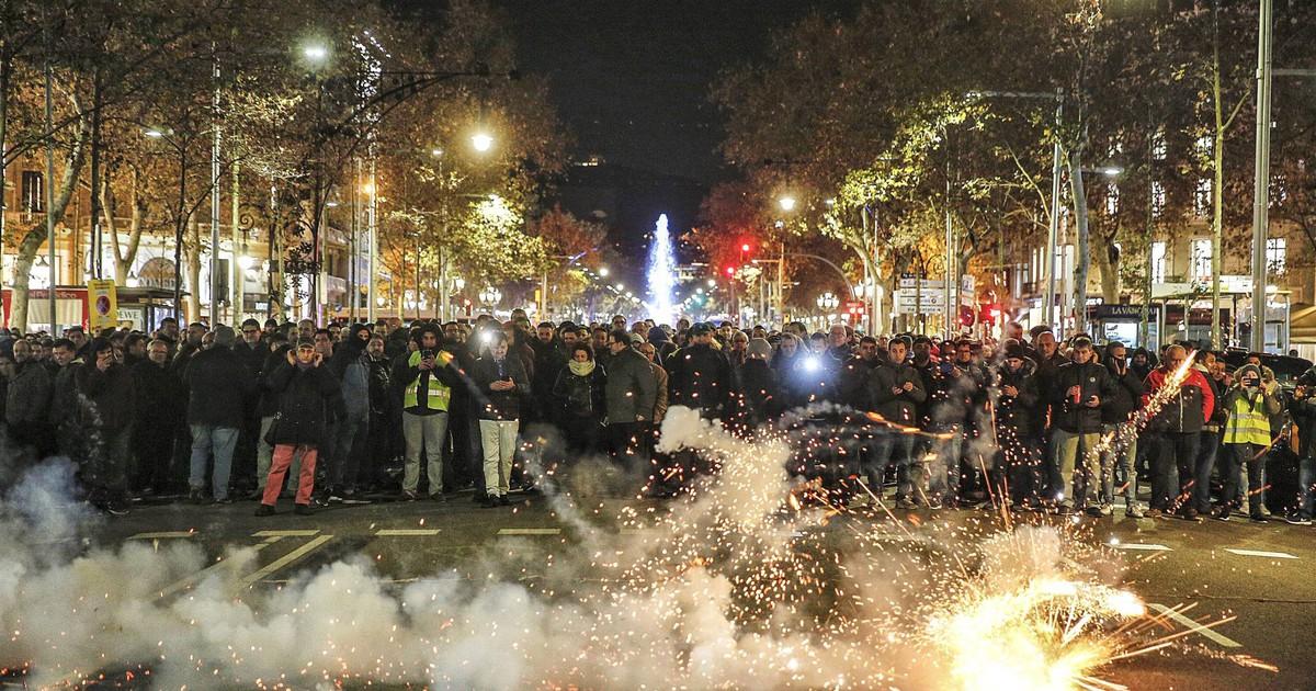 Photo of Protestas de taxistas en Barcelona, en imágenes