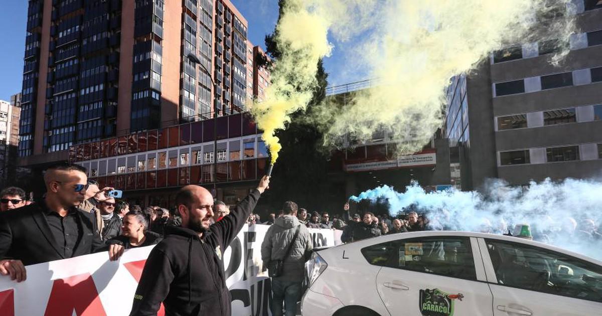 Photo of Los taxistas mantienen la huelga indefinida