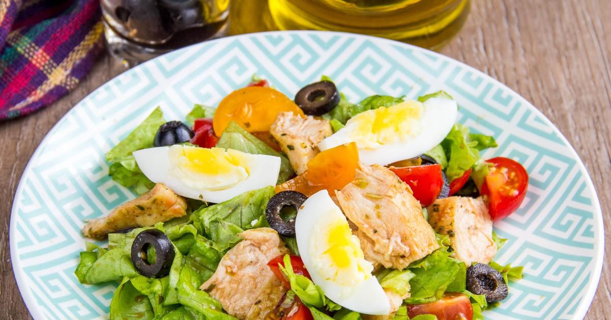 Фото Салат с курицей, маслинами и овощами