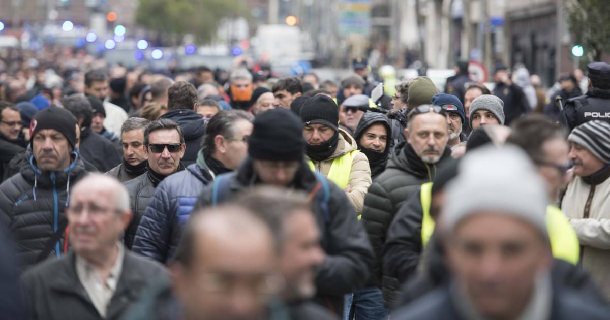 Photo of La novena jornada de huelga del sector del taxi, en imágenes