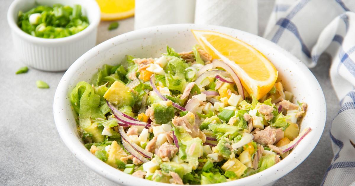 Фото Простой салат с авокадо и консервированным тунцом
