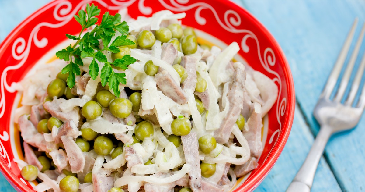 Фото Мясной салат с зелёным горошком и маринованным луком