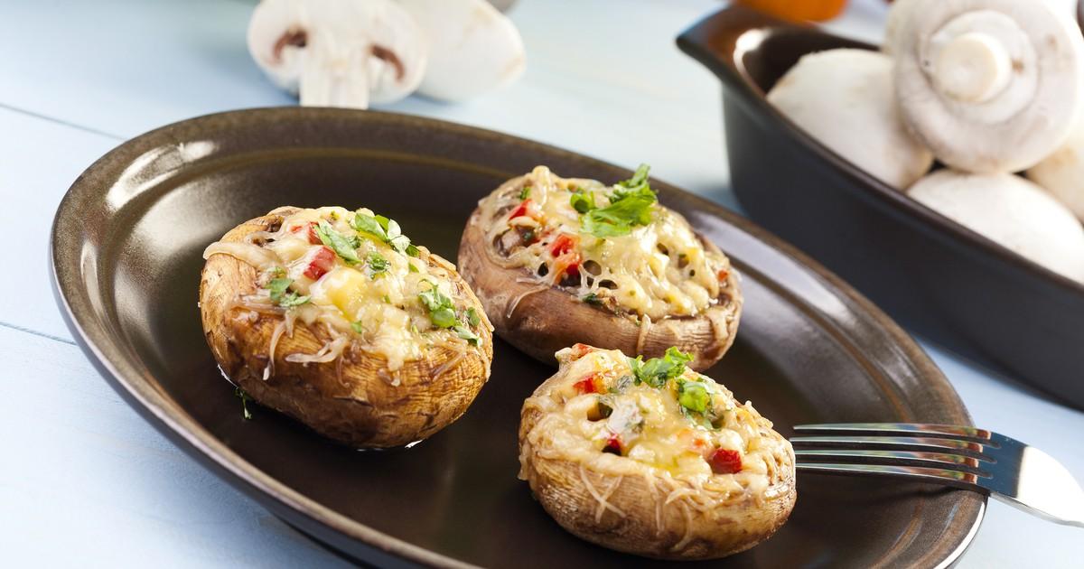 Фото Фаршированные шампиньоны - это закуска, которая точно удивит всех ваших гостей. Грибы получаются очень нежными и ароматными, а начинка добавляет изюминку и делают блюда еще оригинальней. Давайте попробуем вместе.