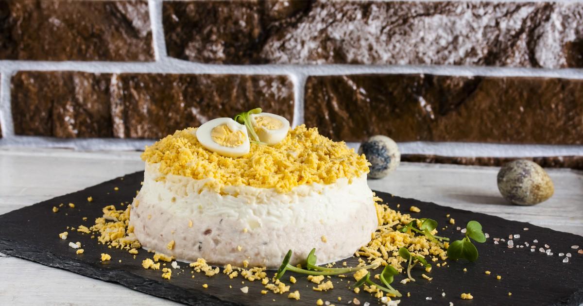 """Фото Салат """"Мимоза"""" - это вкусное сочетание всех ингредиентов и легкость в приготовлении.  Он получается очень нежным, с приятным послевкусие и очень сытным. Такой салат украсит любой семейный ужин."""