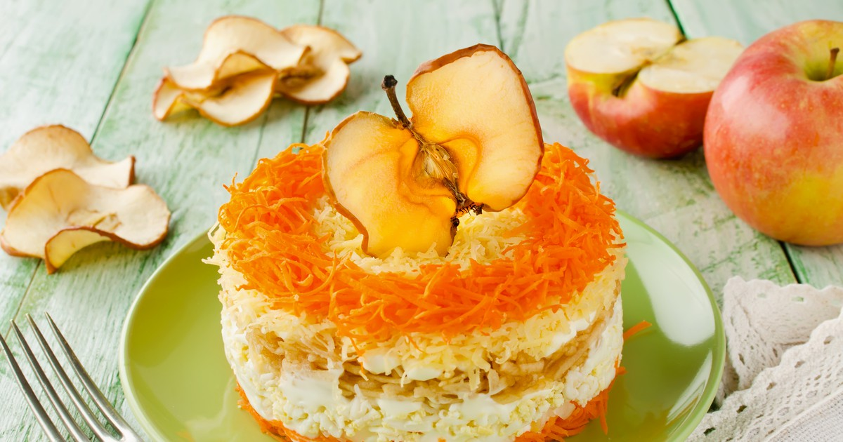 Фото Слоёный салат с морковью, яблоком, яйцами и сыром