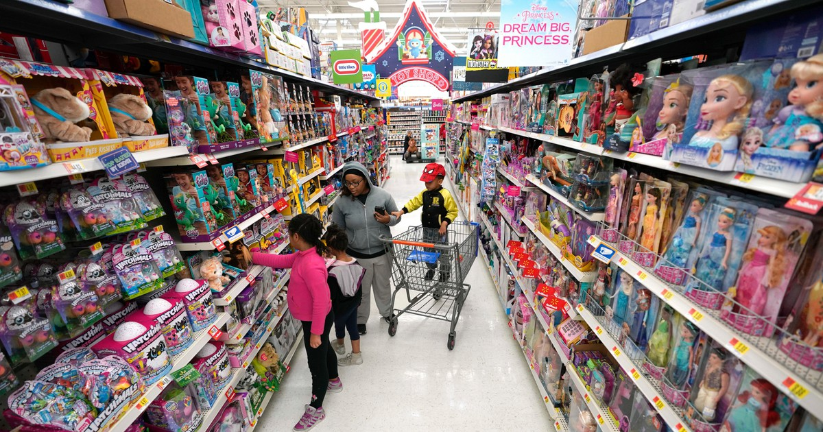 Photo of Walmart tops 4Q expectations all around