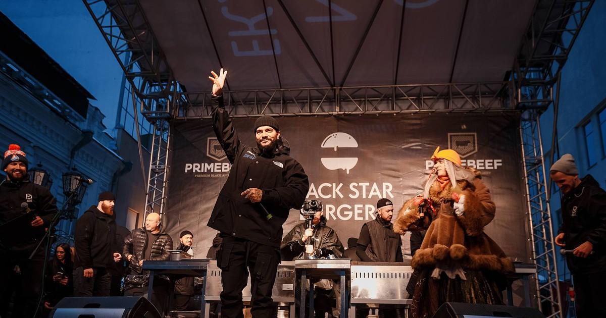 Фото Тимати с Бабой Ягой раздали 1000 бургеров в Екатеринбурге