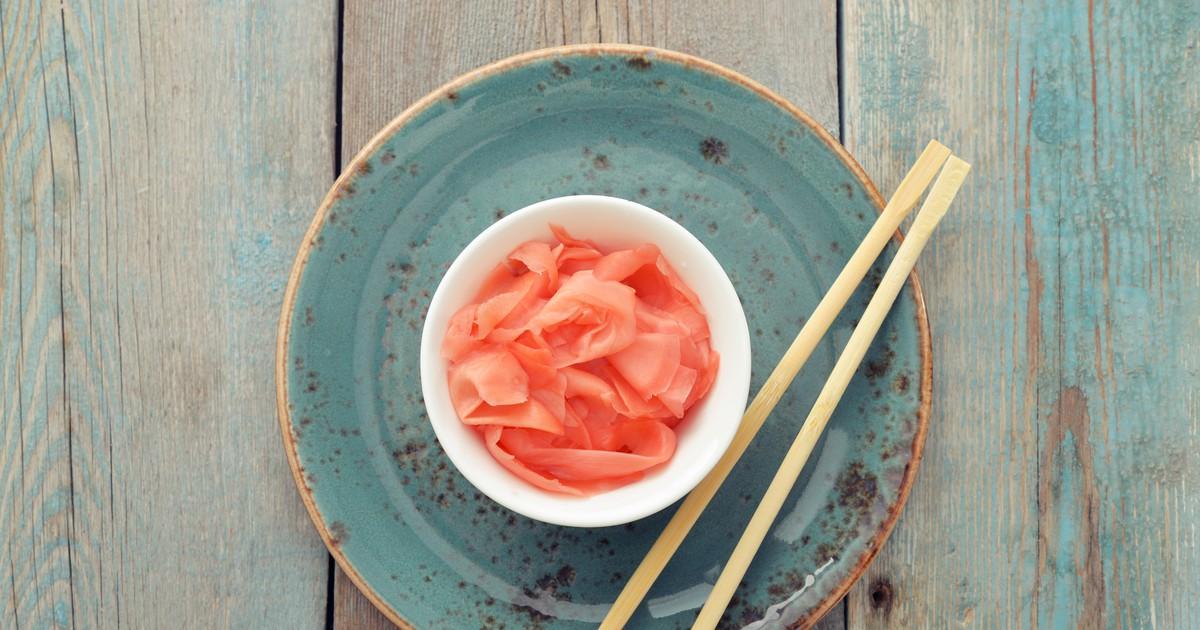 Фото Маринованный имбирь - универсальный и вкусный продукт. Его используют в различных блюдах японской кухни, ведь он освежает их вкус и делает более пикантными. Когда вы готовите суши дома - это незаменимая приправа. Так же имбирь известен своими ведь