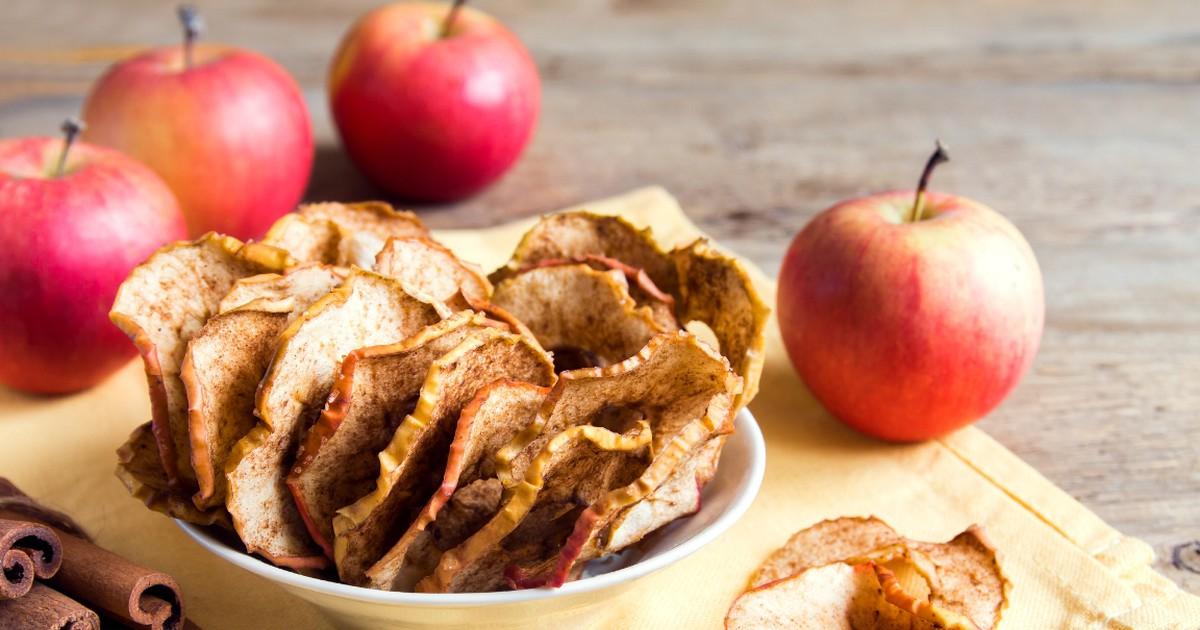 Фото Рецепт приготовления вкусного и полезного перекуса в домашних условиях. Вам понадобятся всего-то яблоки, корица и сахар. А еще, если вы любите что-то пожевать во время просмотра фильма, яблочные чипсы будут идеальным вариантом.