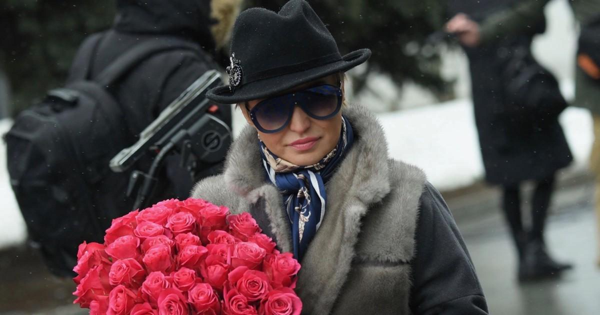 Фото На похоронах Юли Началовой представители звёздного отребья России прятали за тёмными очками не слёзы, а их полное отсутствие.  Вот, например, Катенька Лель пришла похоронить коллегу. Точнее,